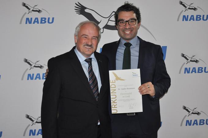NABU-Präsident Olaf Tschimpke (links) übergibt  dem ehemaligen Vorsitzenden Andre Baumann die Goldene Ehrennadel. - Foto: Bianka Lungwitz